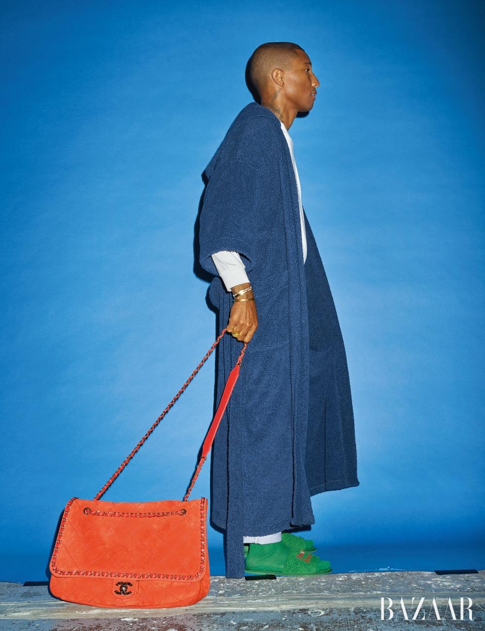 로브, 맨투맨, 데님 팬츠, 오버사이즈 체인 백, 슬리퍼는 모두 CHANEL-Pharrell Capsule Collection, 팔찌와 반지는 개인 소장품.