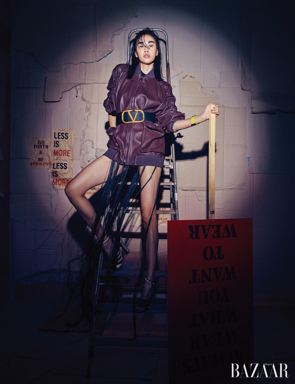 재킷은 6백9만원, 슈즈는 1백35만원 모두 Fendi, 이너로 입은 프린지 톱은 Jil Sander, 벨트는 Valentino Garavani, 팔찌는 Chanel.