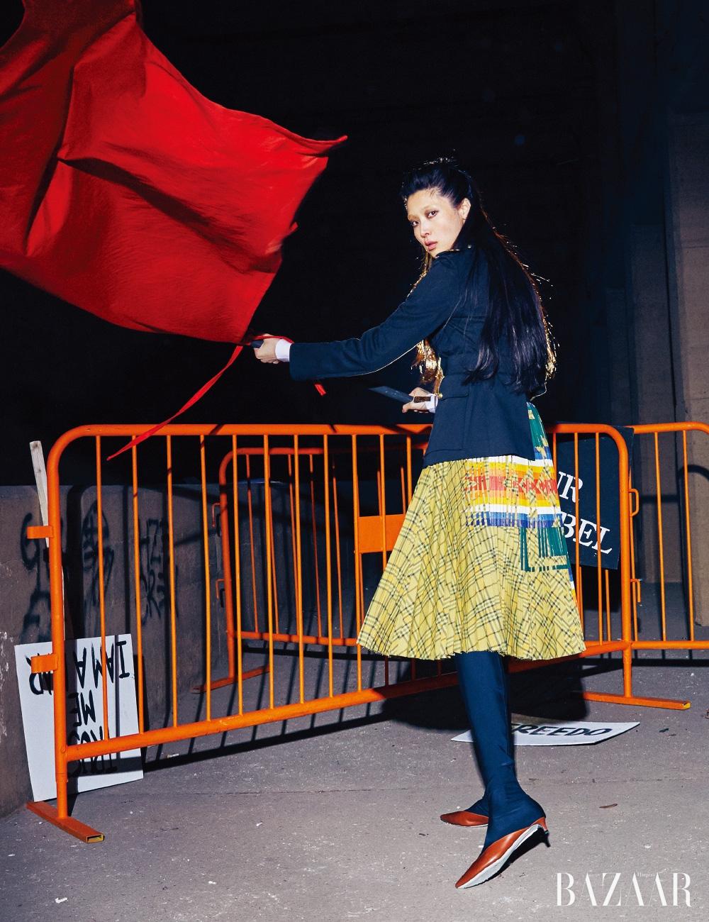 재킷은 Ralph Lauren Collection, 스커트는 1백89만원 Sacai, 사이하이 부츠는 Givenchy.