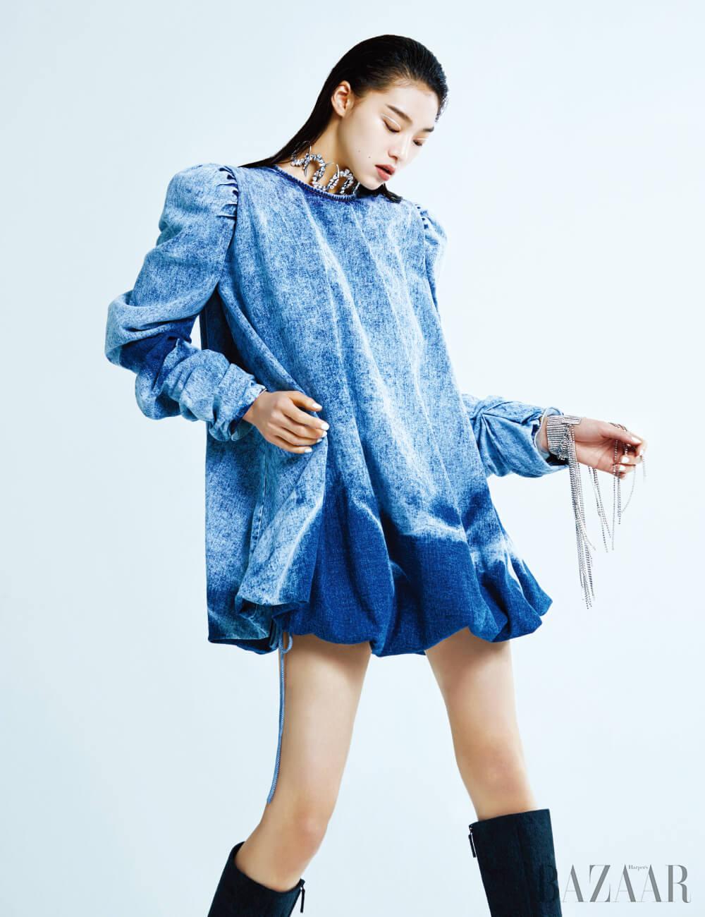 드레스는 80만원대 The Gang, 초커는 3백만원대 Saint Laurent by Anthony Vaccarello, 팔찌로 연출한 크리스털 목걸이는 5백만원 Gucci, 부츠는 가격 미정 Balenciaga.