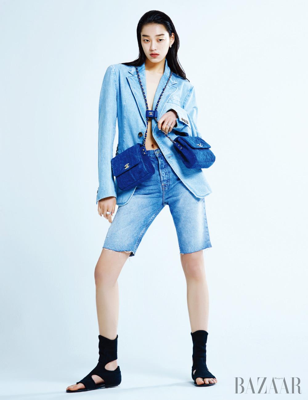 재킷은 가격 미정, 니트 오픈 토 부츠는 1백44만원 모두 Prada, 팬츠는 33만원 Grlfrnd by Mue, 귀고리는 1천4백만원대, 오른손 반지는 1천4백만원대, 왼손 반지는 7백만원대 모두 Bvlgari, 더블 데님 백은 7백만원대 Chanel.