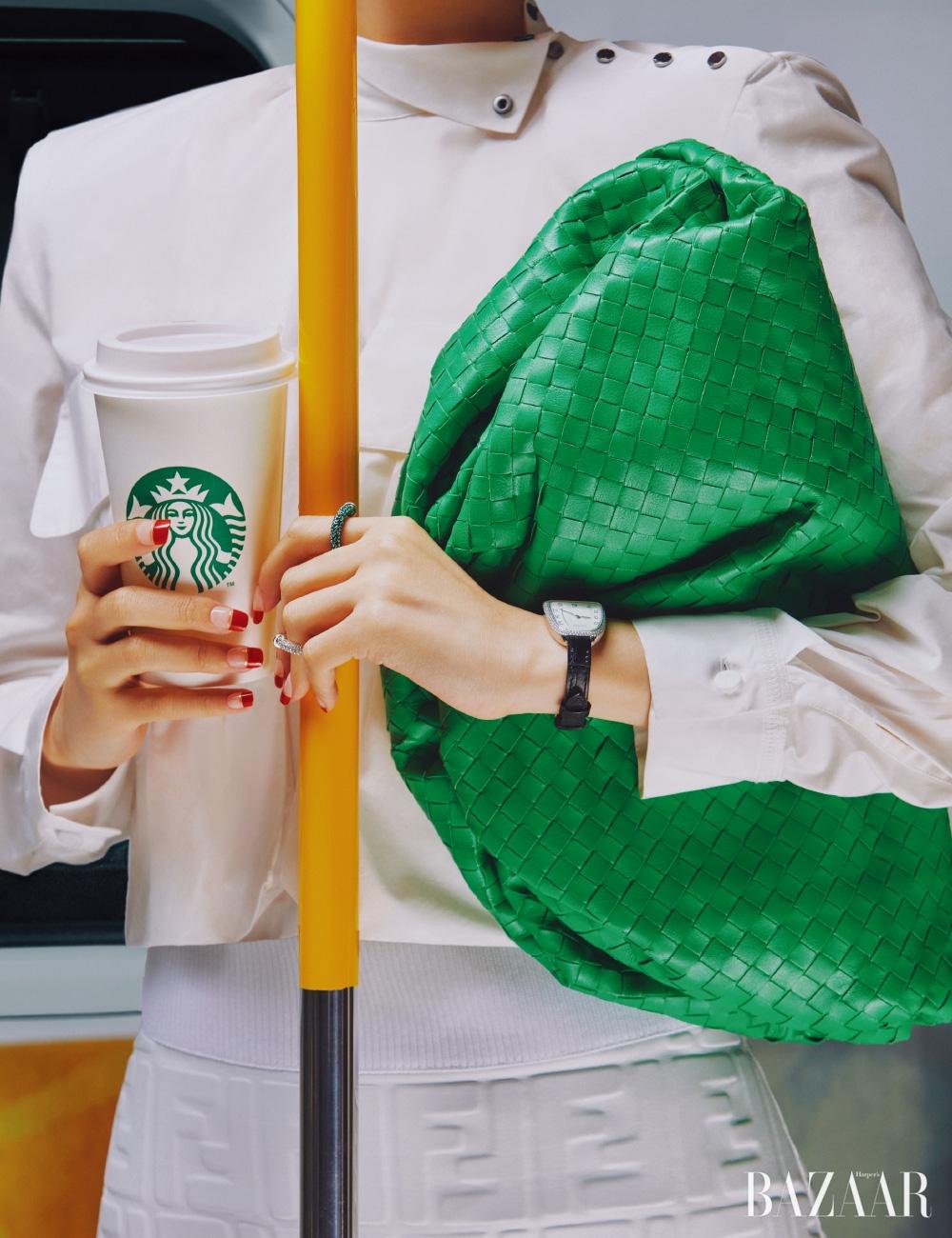 톱은 1백35만원, 스커트는 3백66만원 모두 Fendi, 클러치는 3백60만5천원 Bottega Veneta, 반지는 각각 27만5천원 Portrait Report, 시계는 가격 미정 Hermès.