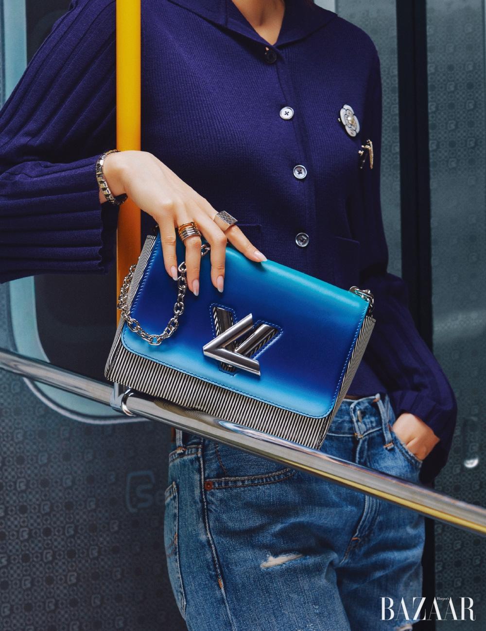 카디건은 29만8천원 Eenk, 청바지는 가격 미정Polo Ralph Lauren, 브로치는 모두 가격 미정 Chanel, 팔찌, 체인 백은 모두 가격 미정Louis Vuitton, 검지에 낀 반지는 가격 미정 Celine, 약지에 낀 반지는 32만9천원 Portrait Report.