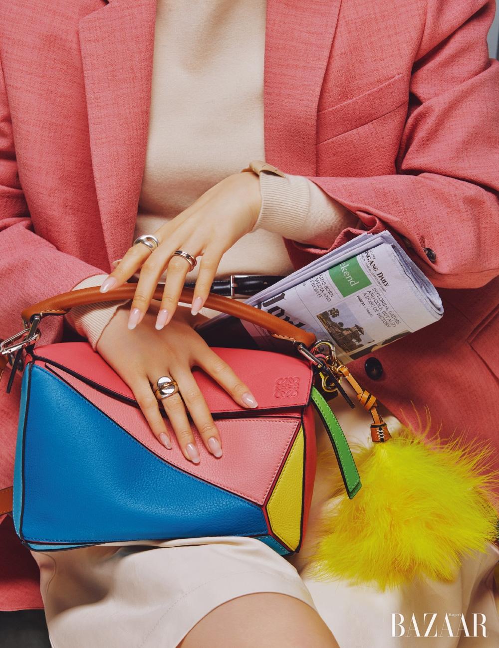 재킷은 2백79만원 Calvin Klein 205W39NYC by Mue, 니트, 팬츠는 모두 가격 미정 Bottega Veneta, 벨트는 가격 미정 Celine, 왼손 검지에 낀 반지는 21만8천원 S-sil, 약지에 낀 반지는 가격 미정, 오른손 약지에 낀 반지는 27만9천원 모두 Portrait Report, 가방은 3백20만원, 깃털 참은 34만원 모두 Loewe.