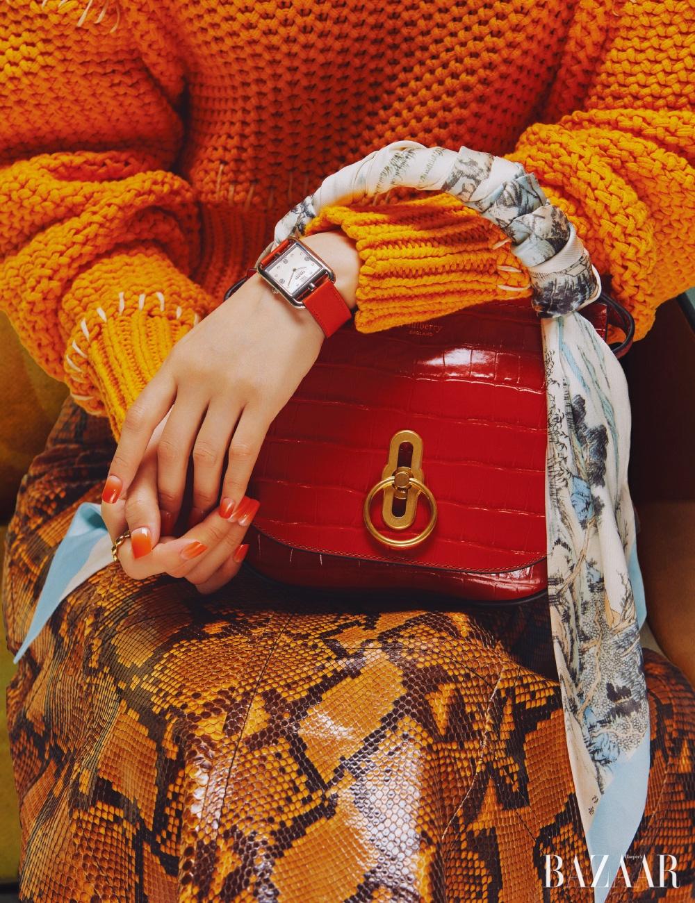 니트는 11만9천원 H&M Studio, 스커트는 가격 미정 Miu Miu, 토트백은 1백59만9천원 Murberry, 시계는 가격 미정 Hermès, 반지는 19만8천원Jem & Pebbles.