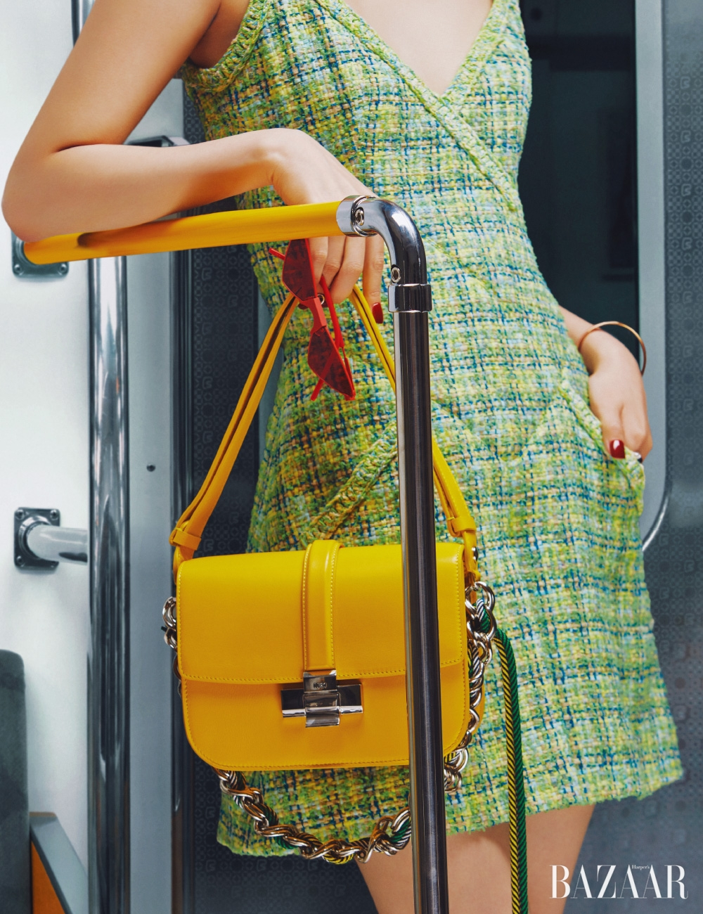 점프수트는 가격 미정 Chanel, 선글라스는 32만원 Gentle Monster, 숄더백은 2백만원 N°21, 뱅글은 가격 미정 Hermès.