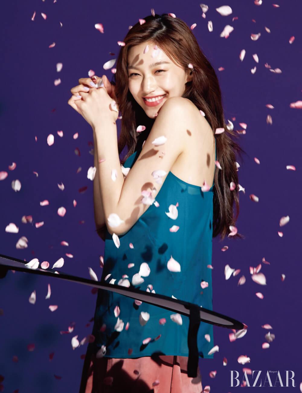 도연이 떨어지는 꽃잎 아래에서 환하게 웃고 있다.