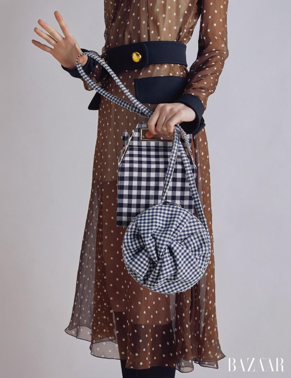 시스루 드레스는 4백76만원 Prada, 양말은 Miu Miu, 깅엄체크 숄더백은 36만원대 Pop & Suki by Net-A-Porter, 원형 백은 Claudie Pierlot.