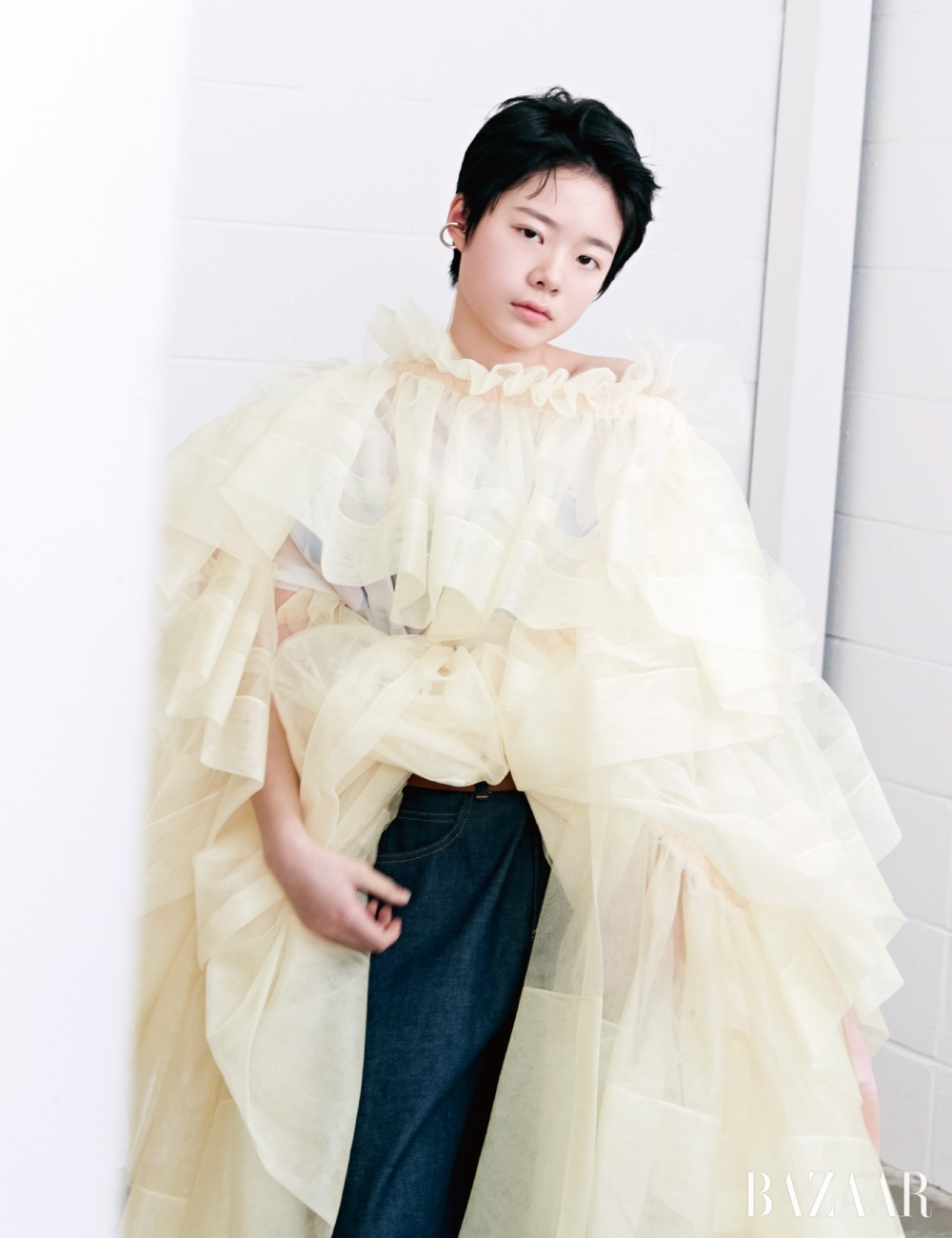 러플 드레스는 Minju Kim, 데님 팬츠는 Bouton Boutique.