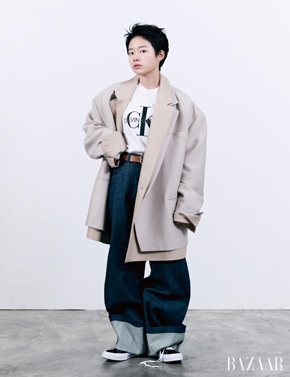 오버사이즈 재킷은Ordinary People, 로고 티셔츠는 Calvin Klein Jeans, 데님 팬츠는 Bouton Boutique, 가죽 벨트는 Cos, 스니커즈는 Converse.
