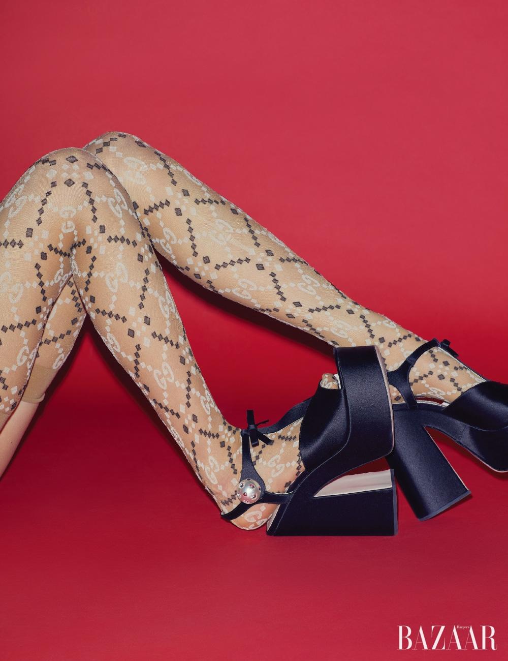 플랫폼 샌들은 Miu Miu, 패턴 스타킹은 14만원 Gucci.