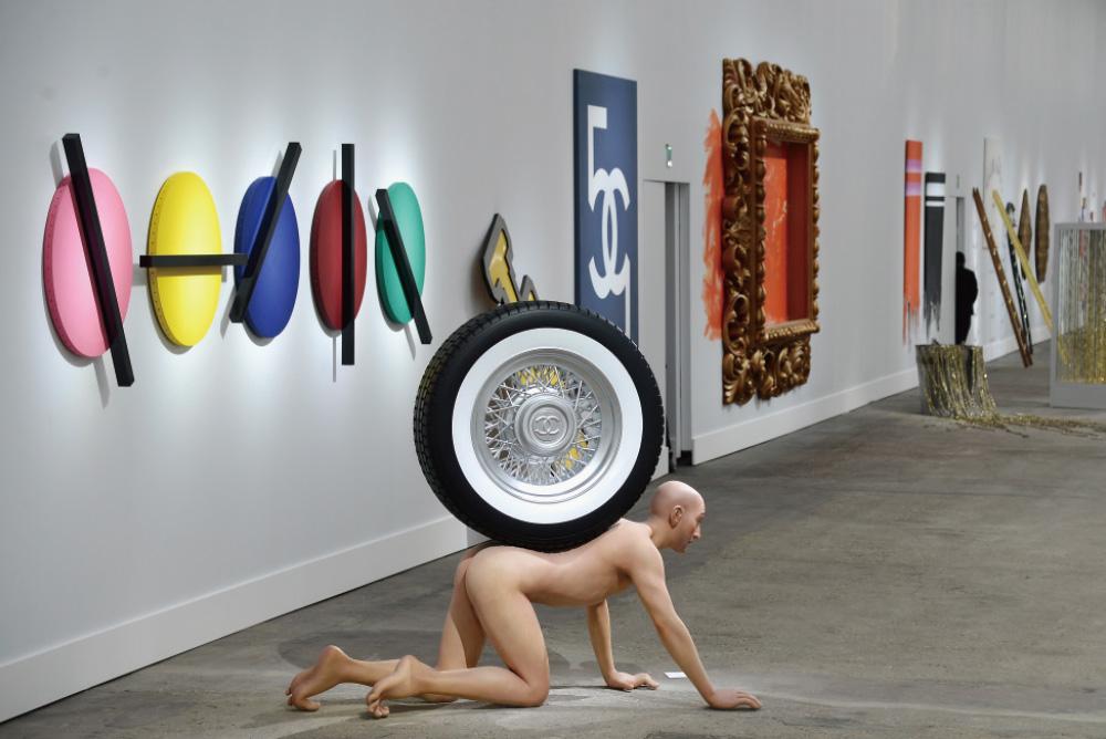 갤러리로 변모한 2014 S/S 샤넬 컬렉션의 런웨이.