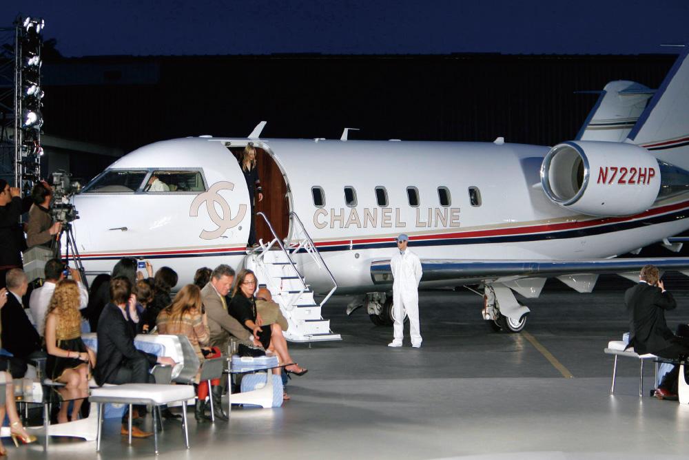 산타모니카 공항에서 제트기를 배경으로 진행된 2007 샤넬 크루즈 쇼.