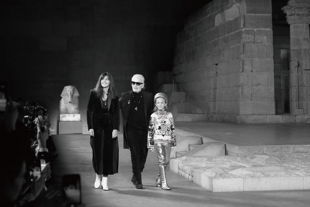 라거펠트의 후임, 버지니 비아르와 대자인 허드슨 크로닉.