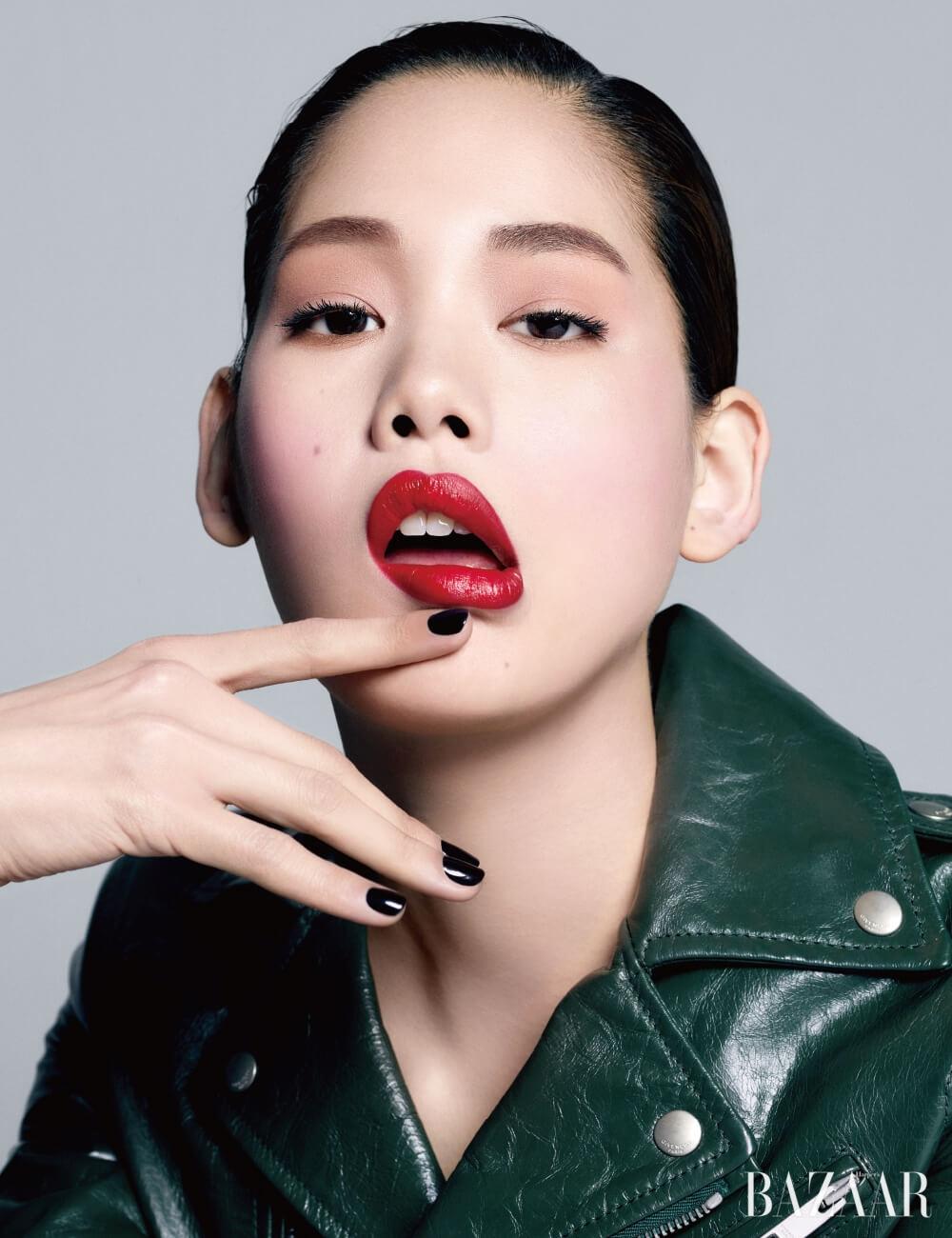 라이더 재킷은 Givenchy.