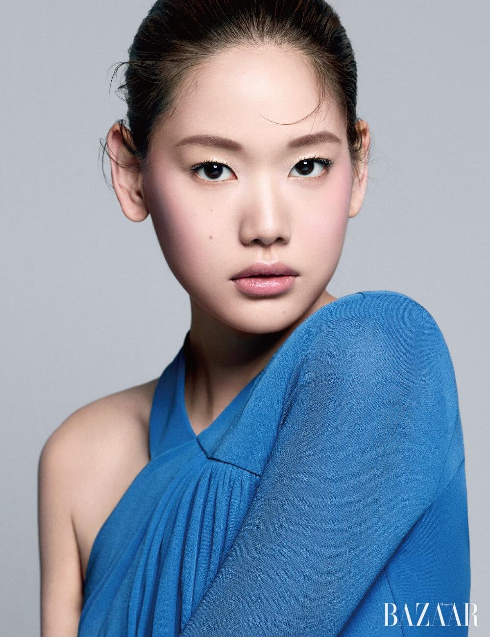 원 숄더 드레스는 Givenchy.