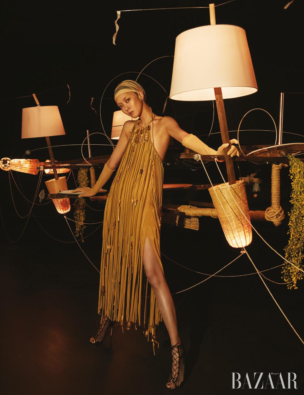 드레스는 Ports 1961, 장갑은 MaxMara, 샌들은 Gianvito Rossi 제품.