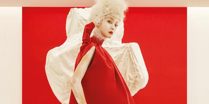 동시대 시각예술가들의 전시 현장을 패션 신으로 기록했다.