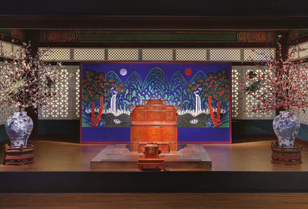 조선시대 왕권을 상징하는 붉은색의 어좌 뒤에 펼쳐져 있는 '일월오봉도' 병풍.