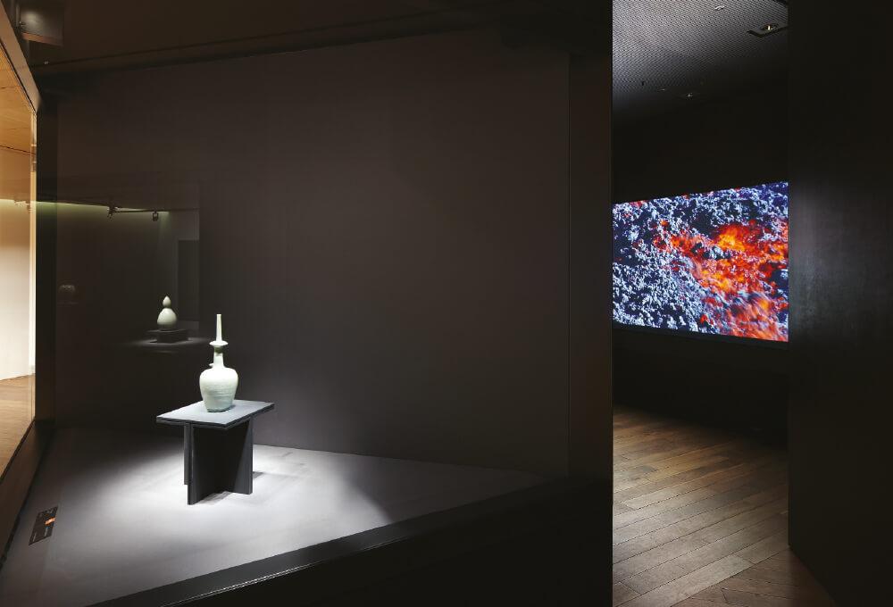 4층 전시실, 12세기에 제작된 청자정병 안쪽에는 과테말라 활화산에서 촬영한 김수자의 영상 작품 '대지의 공기'(2009)를 만날 수 있다.