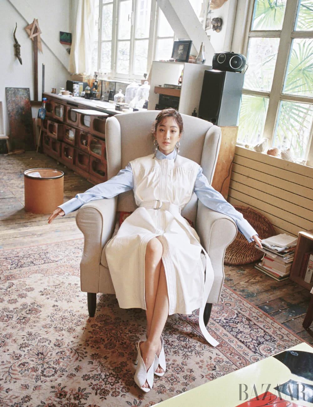 셔츠, 벨트 장식 드레스, 귀고리, 뮬은 모두 Givenchy.