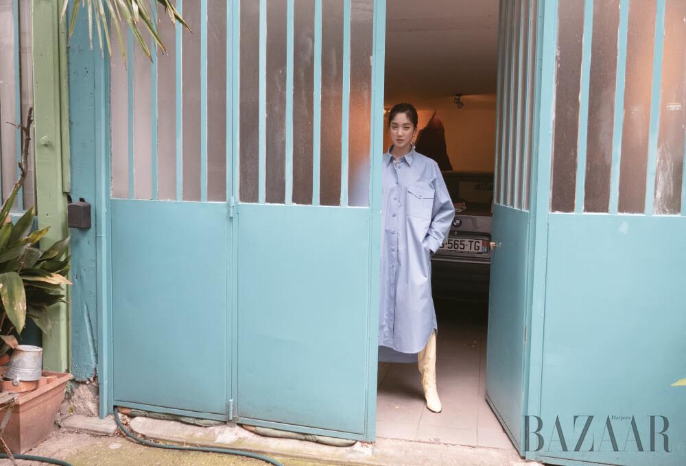 셔츠 드레스, 롱 부츠는 모두 Givenchy.