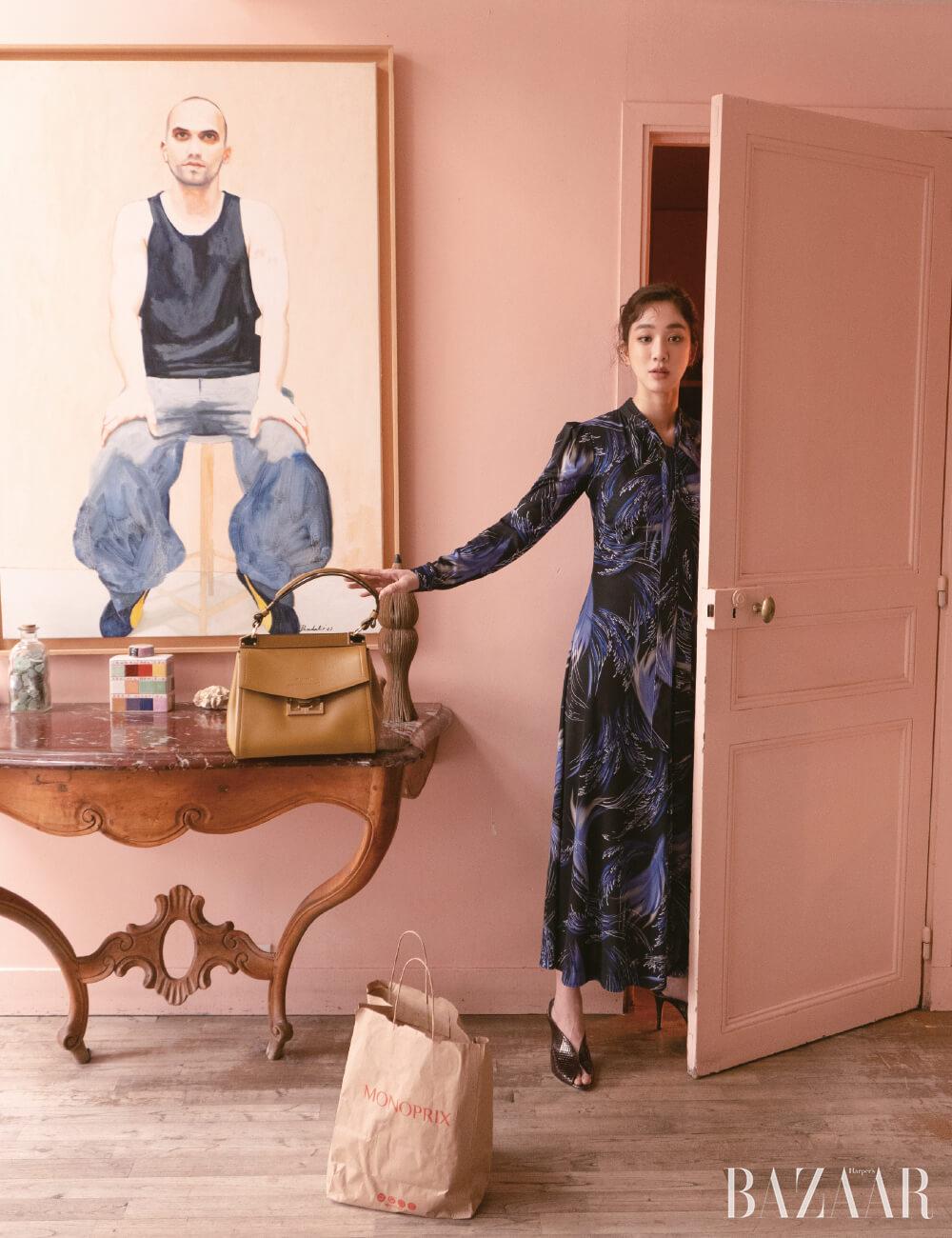 프린팅 롱 드레스, 토트백, 뮬은 모두 Givenchy.