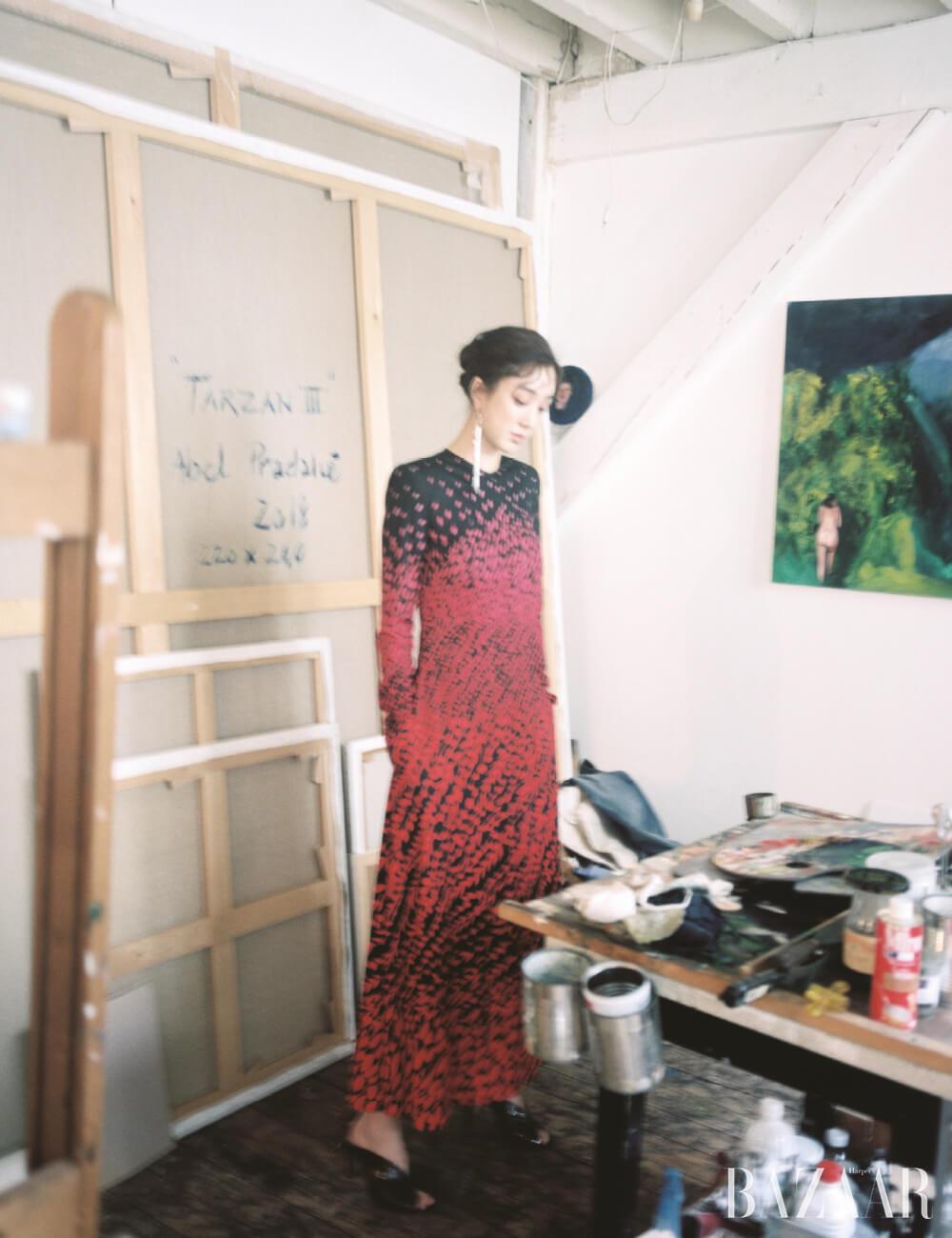프린팅 롱 드레스, 드롭 귀고리, 뮬은 모두 Givenchy.