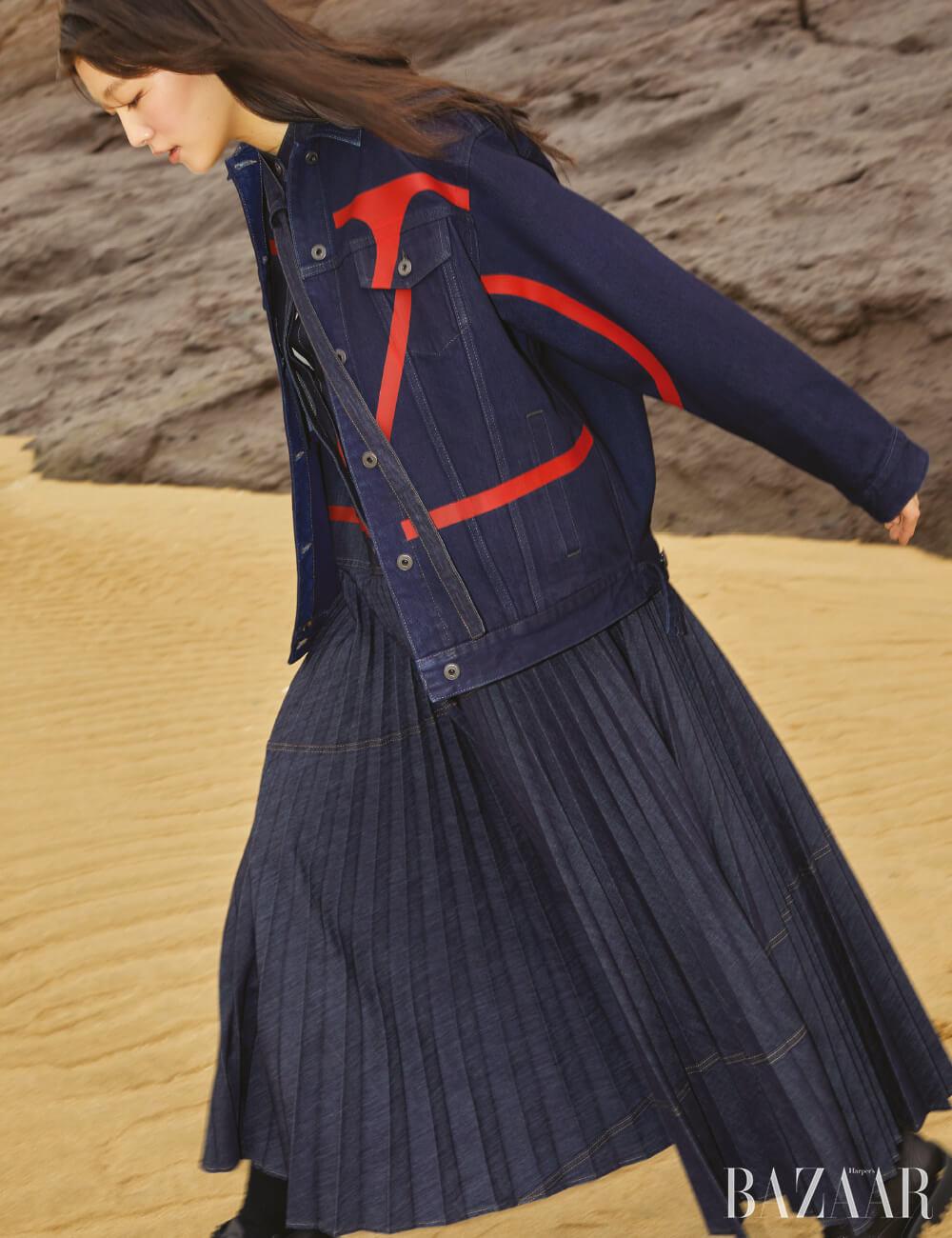 데님 재킷, 드레스는 모두 Valentino, 양말, 슈즈는 모두Valentino Garavani.