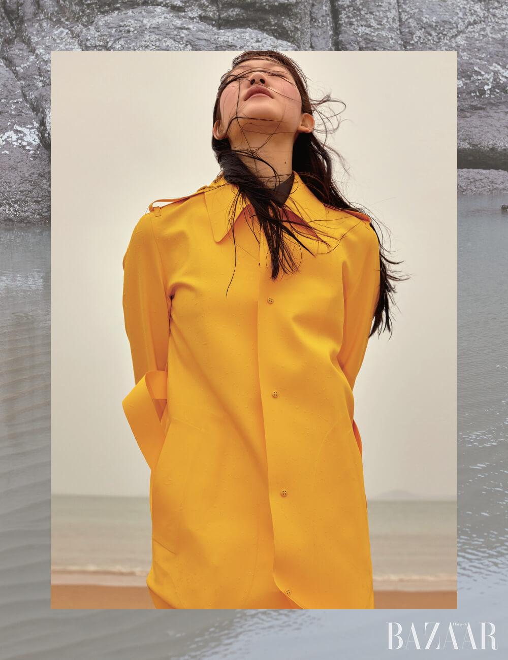 러버 트렌치코트, 셔츠는 모두 Bottega Veneta.