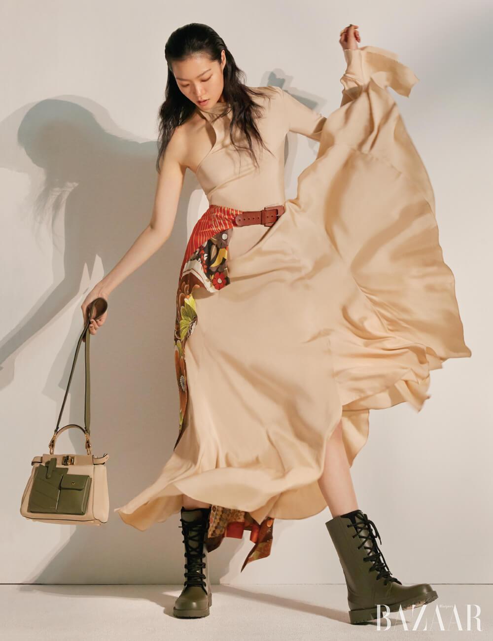 원 숄더 드레스는 5백만원대, 벨트 디테일 파레오는 2백만원대 모두 Chloé, 원석 반지는 26만8천원 S. Sil, 포켓 백은 4백55만원, 스트랩은 1백17만원 모두 Fendi, 러버 워커 부츠는 1백18만원 Dior.