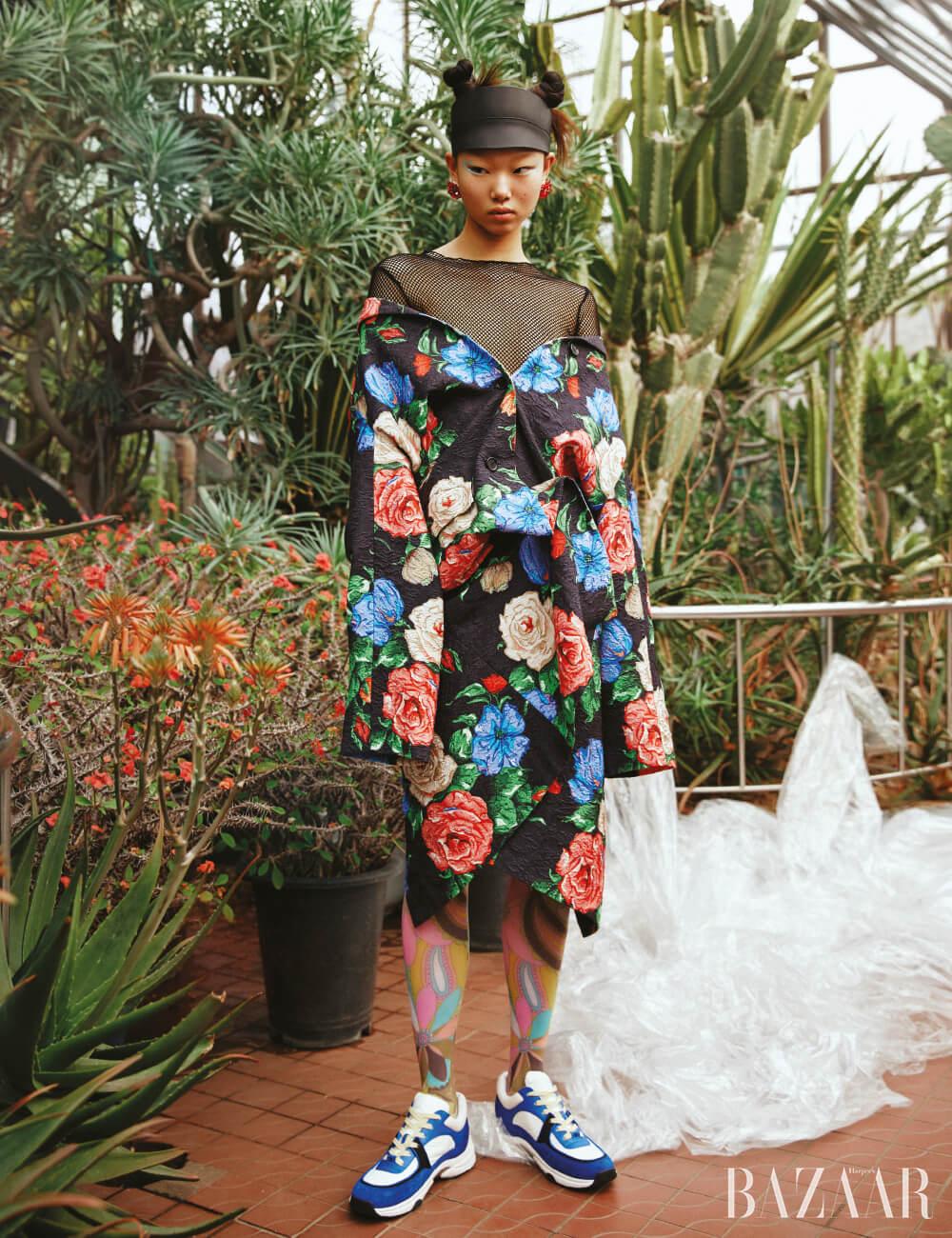 코트는 2백65만원 Nina Ricci, 메시 톱은 Zara, 귀고리는 4만5천원 Getmebling, 스니커즈는 Chanel, 모자와 스타킹은 스타일리스트 소장품.