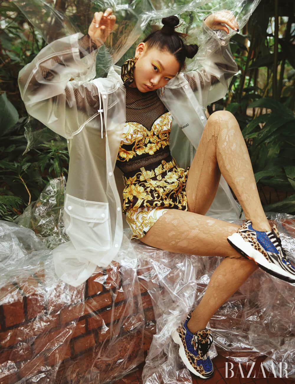 메시 톱은 Zara, 브라 톱은 1백만원, 쇼츠는 1백8만원, 귀고리는 53만원 모두 Versace, 레인코트는Calvin Klein Jeans, 스타킹은 Gucci, 스니커즈는 14만9천원 Adidas Originals.