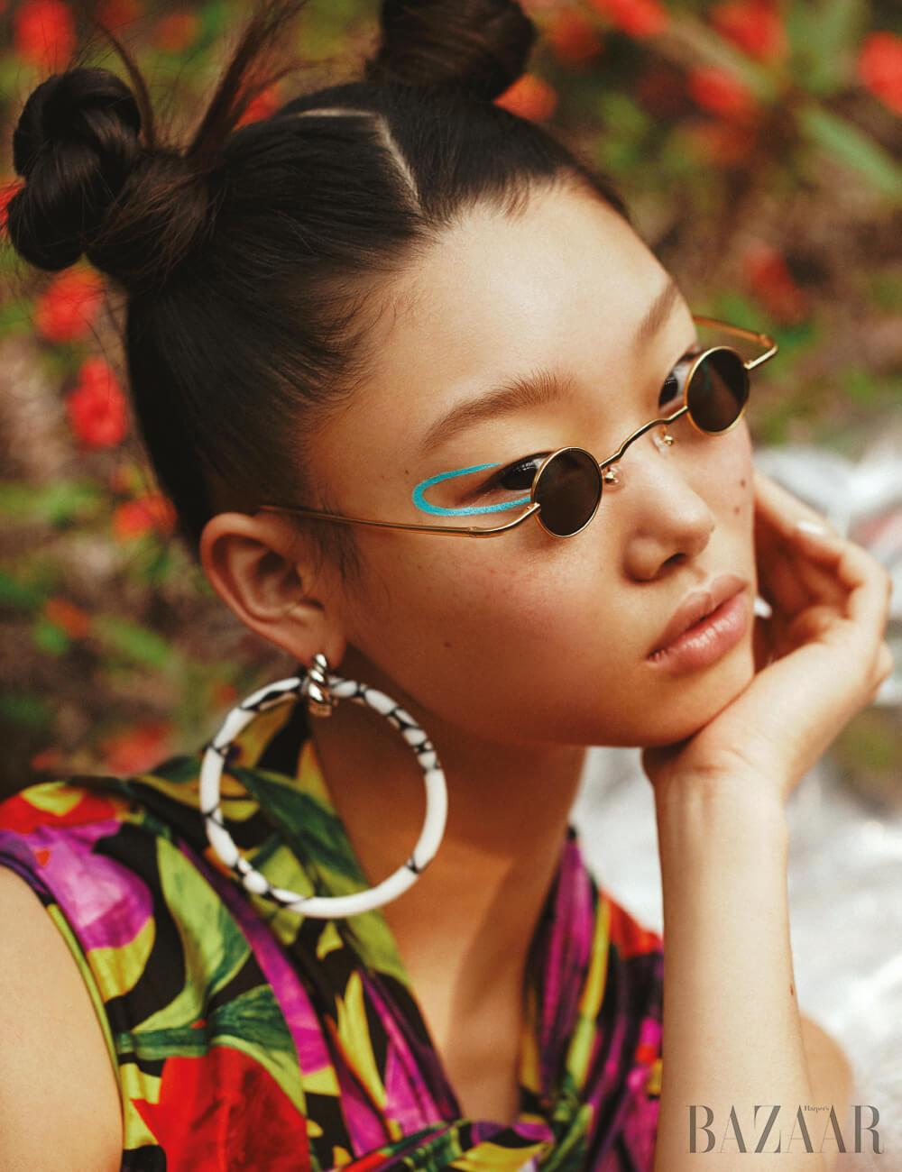 슬리브리스 톱, 귀고리는 모두 Balenciaga, 선글라스는 26만5천원 Projekt Produkt × Studio Kunsik.