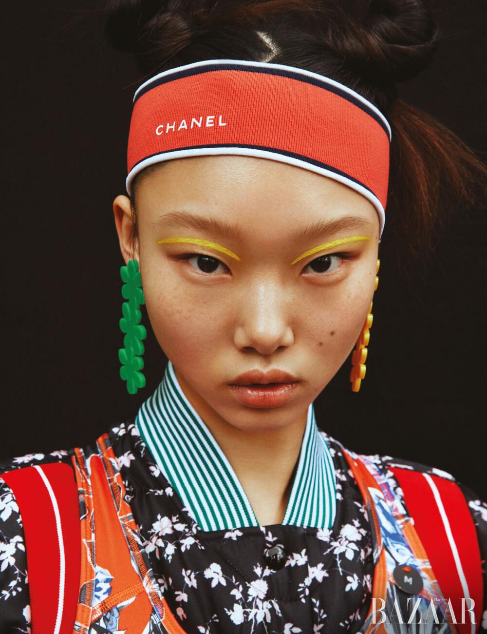 브라 톱은 3만9천원 Nike, 블루종은 1백65만원 N°21, 헤어밴드는 Chanel, 귀고리는 6만2천원 Fruta.