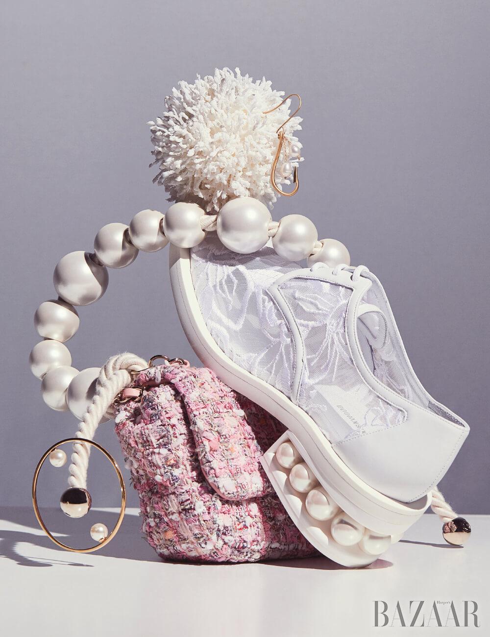 (위부터 시계 방향으로) 귀고리는 37만원 J.W Andersonby BOONTHESHOP, 슈즈는 1백67만원 Nicholas Kirkwood by BOONTHESHOP, 백은 가격 미정 Chanel, 팔찌는 37만원 Chloé.