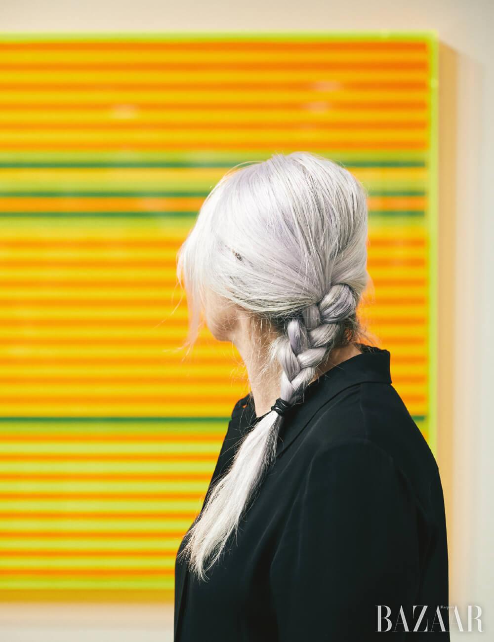 로즈마리 트로켈의 작품 앞에서 모니카 스프루스.