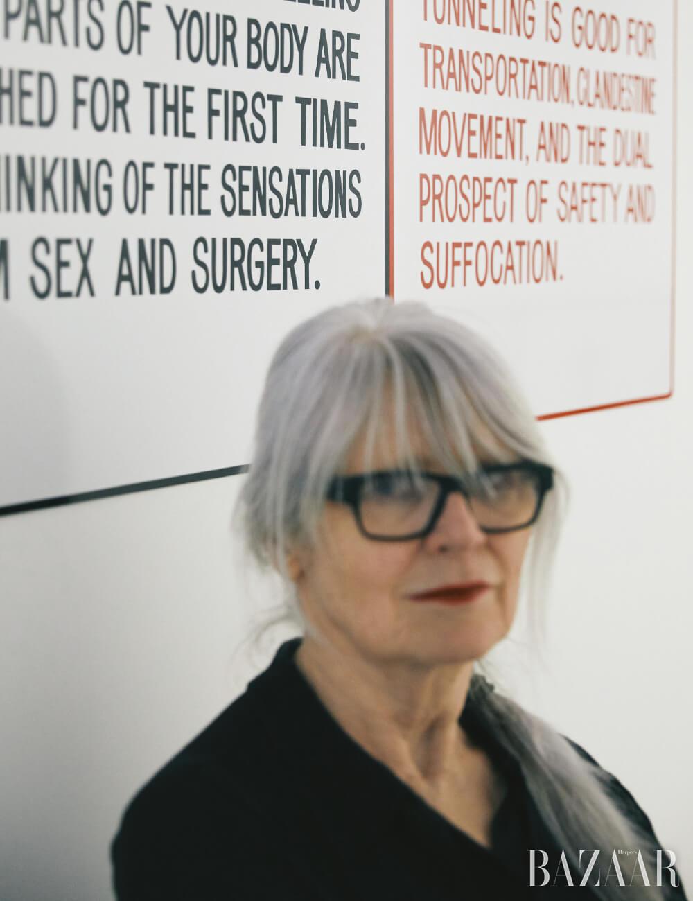 벽면에 보이는 작품은 제니 홀저의  시리즈.