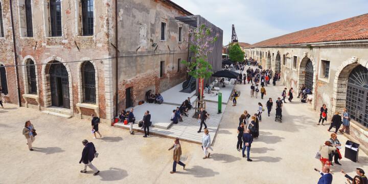 베니스 비엔날레에 '미술 올림픽'이라는 별명을 지어준 자르디니 공원의 국가관 전시, 과거 국영 조선소이자 무기고였던 아르세날레에서 열리는 본전시, 그리고 베니스 곳곳에서 펼쳐지는 병행 전시와 개인전까지. 제58회 베니스 비엔날레를 프리뷰한다.