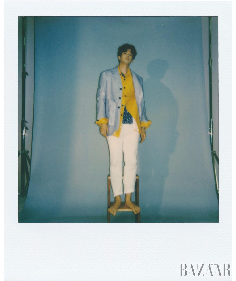 페이즐리 셔츠는 Beyond Closet Collection, 옐로 재킷, 스트라이프 재킷은 모두 Wooyoungmi Paris, 팬츠는 Man on the Boon, 팔찌는 Fred.