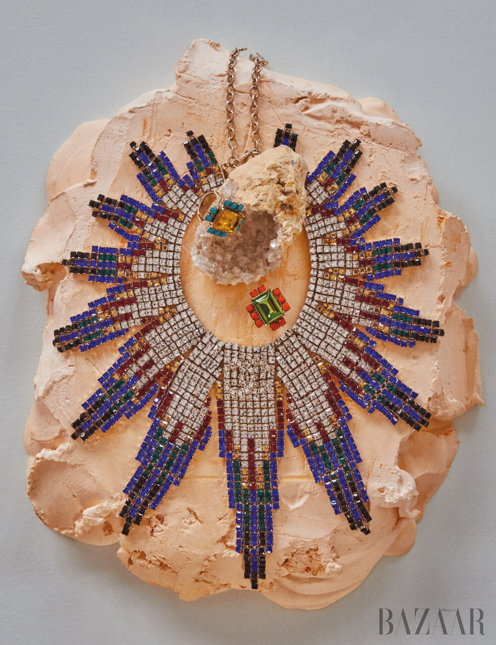 목걸이는 Chanel, 반지는 각각 35만원 모두 Dries Van Noten by BOONTHESHOP. 돌 수정은 al-shop.kr, 석고 조형물은 이악크래프트 소장품.