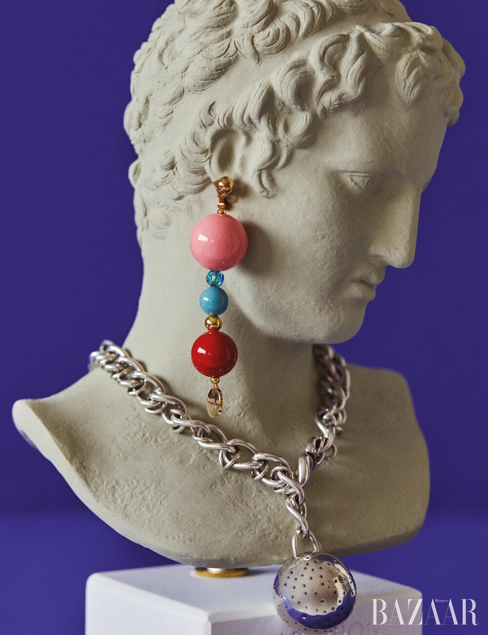 귀고리는 25만원 Emilio Pucci, 목걸이는 3백만원 Bottega Veneta. 조각상은 Sophia by hpix.co.kr.