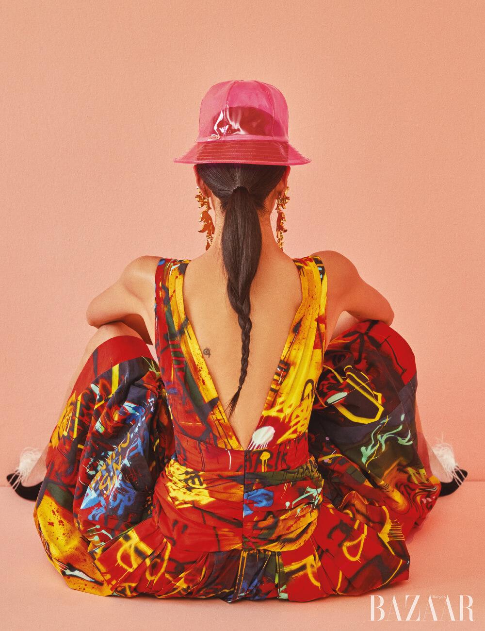 드레스는 Chanel, 모자는 39만원 Fendi, 귀고리는 Chloé, 슈즈는 1백43만원 Roger Vivier.