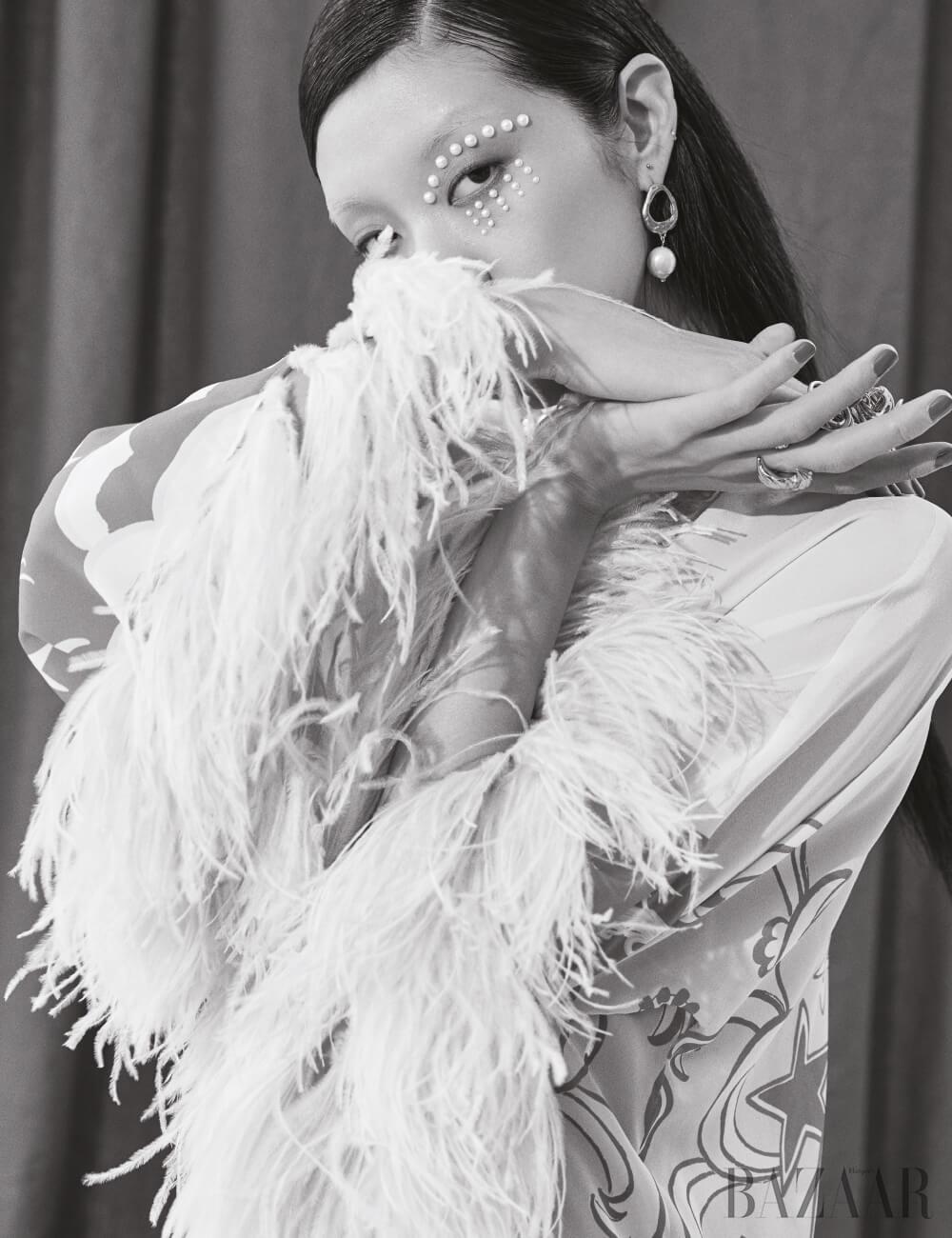 드레스는 7백1만원 Valentino, 귀고리는 63만원 Alighieri by Mue, 오른손에 착용한 너클링은 59만원 Chloé, 왼손 중지에 착용한 반지는 Givenchy.
