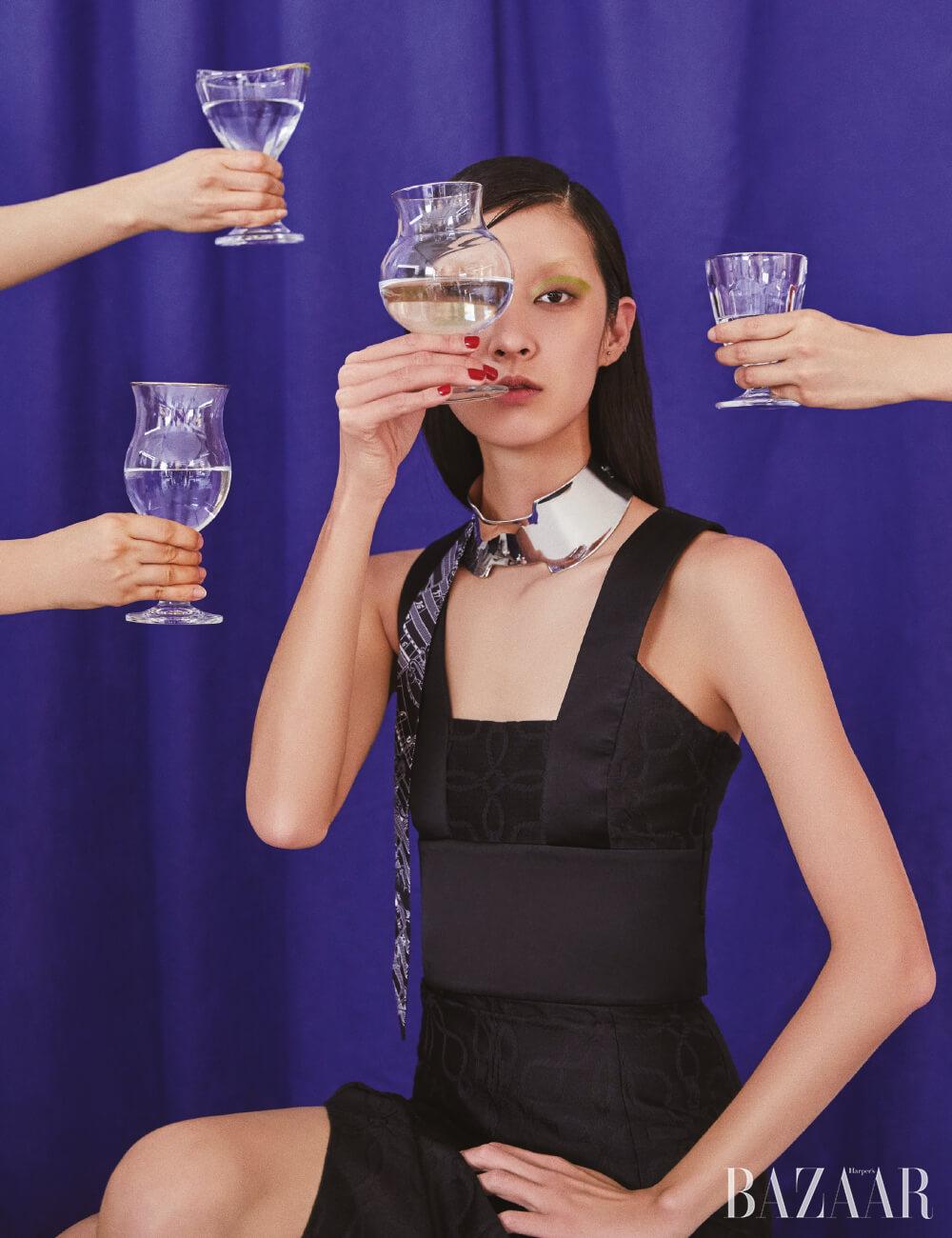 드레스, 목걸이는 모두 Hermès. 유리컵은 모두 Awesomehouse.co.kr.
