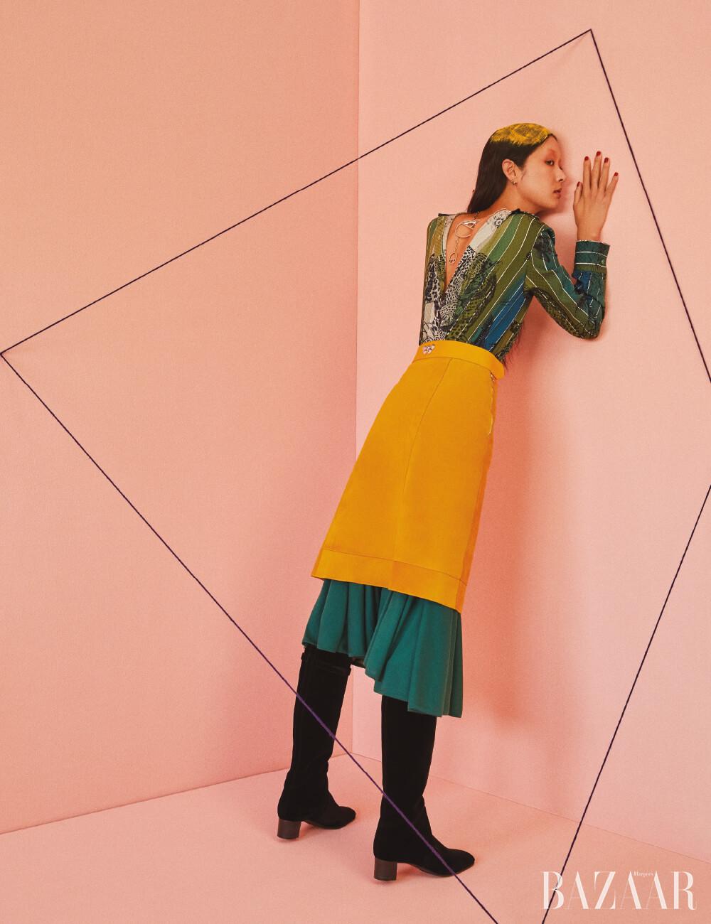 거꾸로 착용한 드레스, 스커트, 목걸이, 부츠는 모두 Hermès.