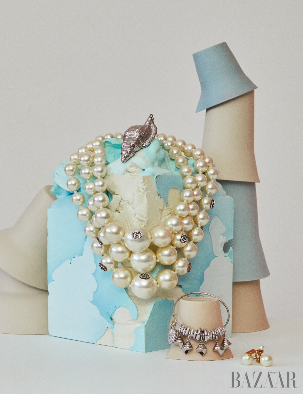 목걸이는 4백20만원 Gucci, 소라 모양 귀고리, 후프형 귀고리는 모두 Michael Kors Collection, 진주 귀고리는 Dior. 하늘색 석고 조형물은 이악크래프트 소장품, 쌓여있는 도자컵은 모두 이악크래프트 by Hpix.co.kr.