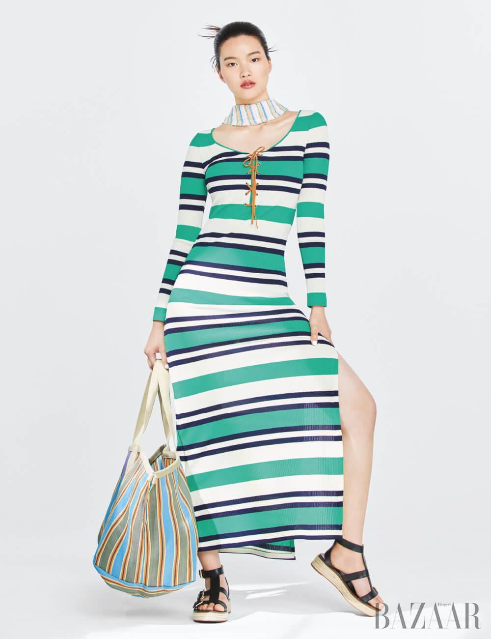 니트 롱 드레스는 1백44만원 Miu Miu, 롱 스카프는 가격 미정 Loewe, 오버사이즈 쇼퍼 백은 45만8천원 Isabel Marant Étoile, 샌들은 29만원 Michael Michael Kors.