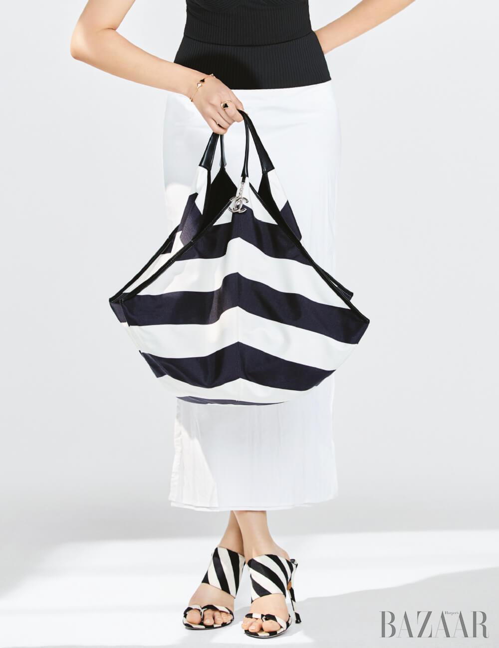 패브릭 호보 백은 가격 미정 Chanel, 슬리브리스 니트 톱은 17만5천원 Reiss, 스커트는 24만8천원 Recto, 팔찌는 5백만원대, 반지는 3백만원대 모두 Bvlgari, 뮬은 가격 미정 Dries Van Noten.