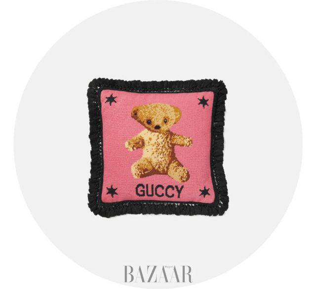 테디베어와 별 모티프 자수 디테일이 돋보이는 쿠션은 1백76만원 Gucci.